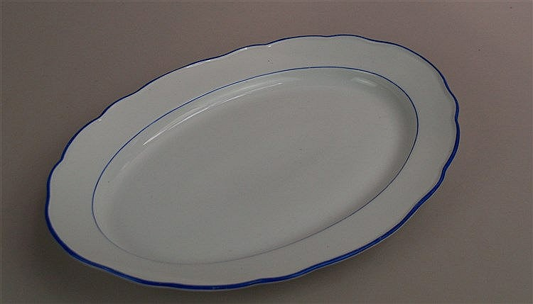 Große Platte - Meissen Schwertermarke mit 2 Schleifstrichen, ovale Form, weiß mit blauen Rändern, L.ca.40,5cm