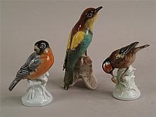 Konvolut Vogelfiguren - 3-tlg.,1x Goebel ''Bienenfresser'', am Schnabel restauriert H.ca.17cm; 1x Thüringen Bodenmarke N mit Krone, 1x Bodenmarke mit Krone, H.ca.12cm, H.ca.13cm