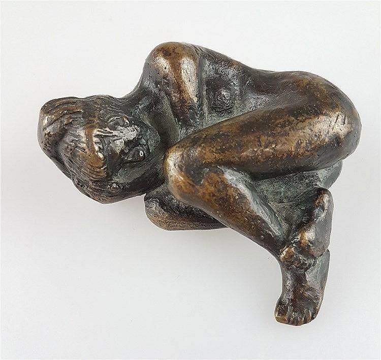 Bronzefigur ''Liegende Frau'' - weiblicher Akt in Embryo Position, vollplastische realistiche Darstellung in Bronze, bez. ''Guss Wittkamp Elmenhorst'', dat.''98'', ca.9x8x3cm