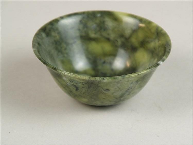 Jade-Schälchen - China, aus dunkelgrün marmorierter Jade, H.ca.4,2 cm, D.ca.10 cm