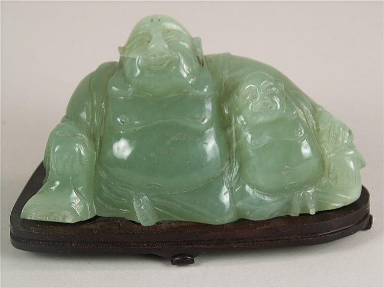 Jade-Buddha - China, zwei sitzende Buddha-Figuren mit lachendem Gesichtsausdruck auf Holzsockel, min.Chip auf der Rückseite, H.ca.8,5cm, L.ca.16cm