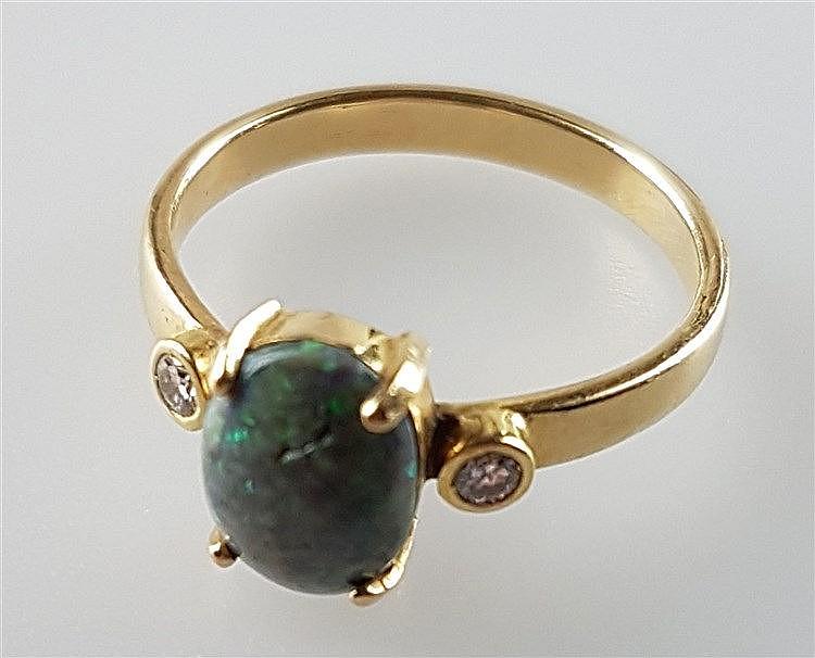 Opalring - mittig Opalcabochon in Krappenfassung flankiert von je 1 Diamanten,jeweils ca.0,05ct,Dm.ca.17mm,Gew.ca.3g