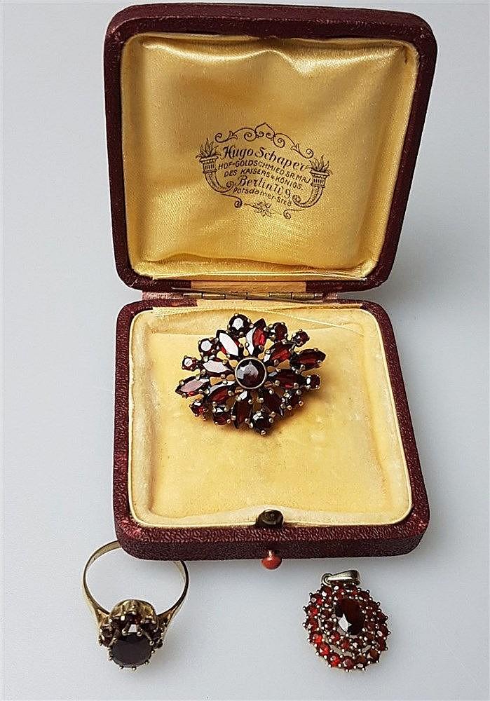 Konvolut Granatschmuck - 3-tlg:Ring,Anhänger,Brosche, Ring gestempelt GG 333, üppig besetzt mit facettierten Granaten