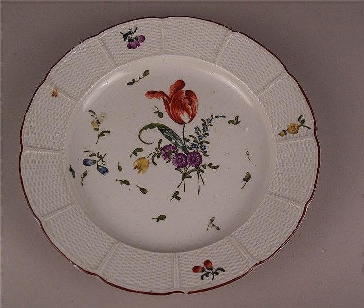 Teller Ludwigsburg - 18. Jahrhundert, unterglasurblaue CC-Marke mit Krone, geschweifter Rand mit Korbrelief, Porzellan, weiß, glasiert und polychrom bemalt, Blumenmuster, rotbrauner Rand, D.ca.24cm