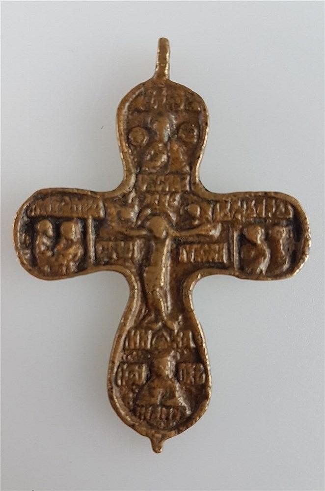Kleines Brustkreuz - Russland, 17./18. Jh.,mit dem Korpus Christi über der Schädelstätte Golgotha, von Gottvater bekrönt,ca. 5,9 x 5,1 cm