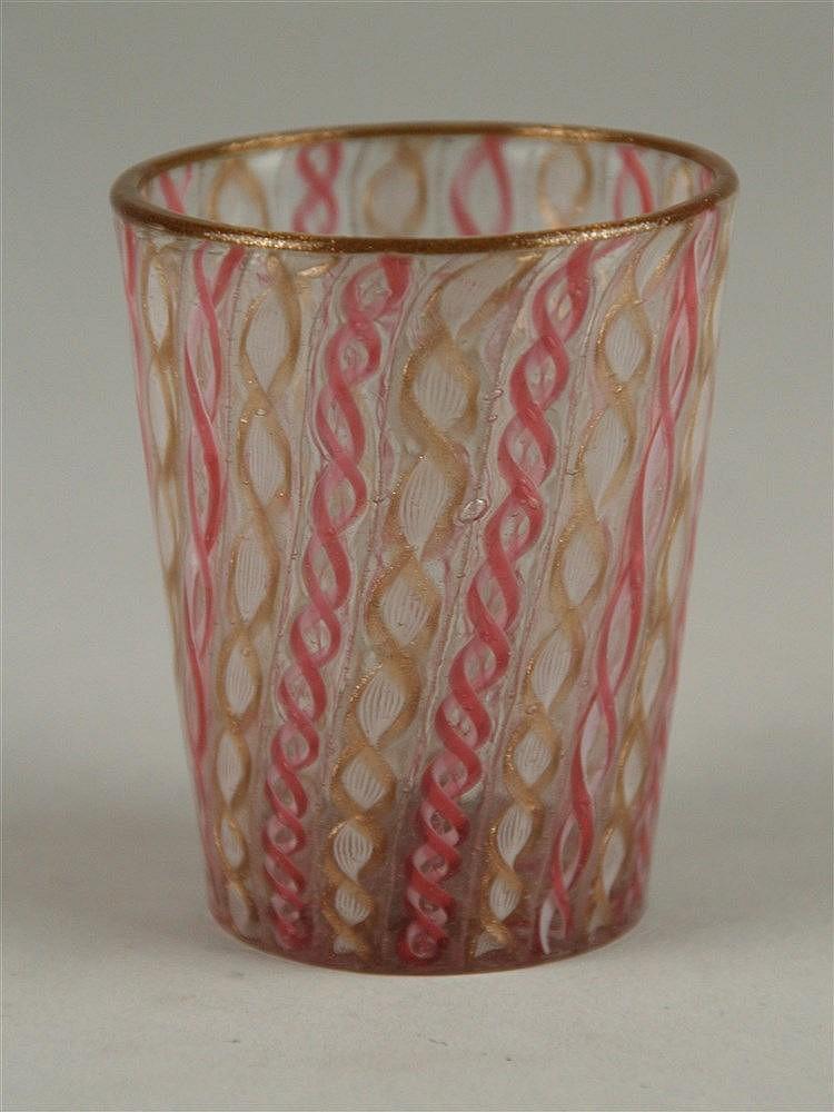 Trinkbecher - um 1900, mehrfarbige eingeschmolzene Faden- und Kettenspiralen, Goldeinschmelzung, Goldrand, Knick im Glas herstellungsbedingt,wohl Murano Zanfirico,H.ca.7,5cm