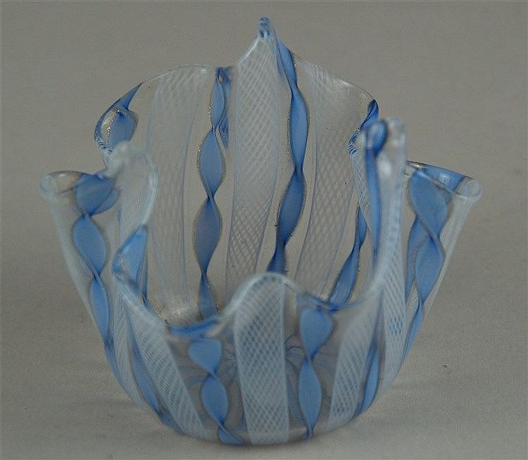 Latticino/Zanfirico ''Fazzoletto''-Vase - Murano, Venini Fulvio Bianconi,1950er,mehrfach gefaltete und spitz hochgezogene Wandung, farbloses Glas mit Spiralbändern in Hellblau,Aventurineinschmelzung, alte Abrissnarbe und plangeschliffener Stand,