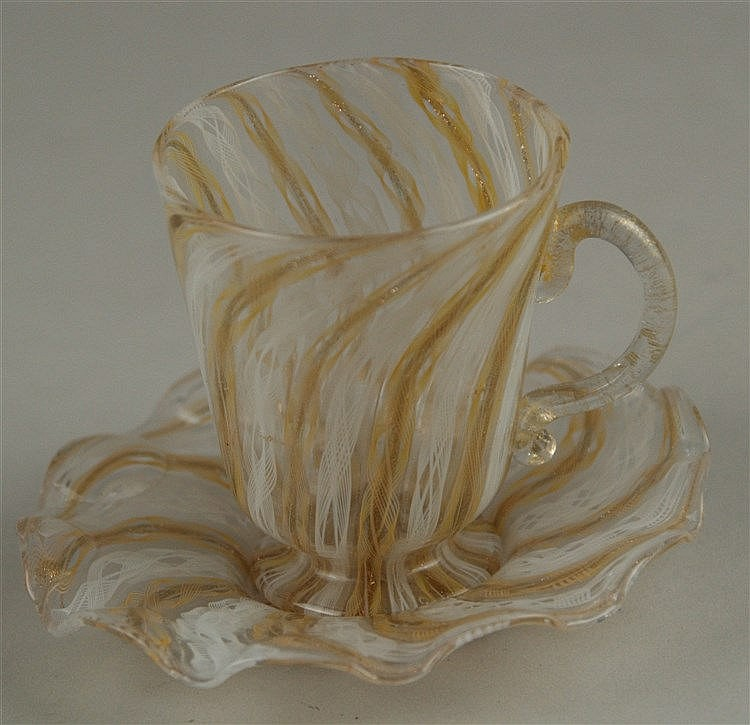 Murano-Zanfirico-Henkelglas mit Untertasse - Klarglas mit Gold-Flitter und weißen Fadeneinschmelzungen,filigrane Ausführung, H.ca.7,8cm, guter Zustand