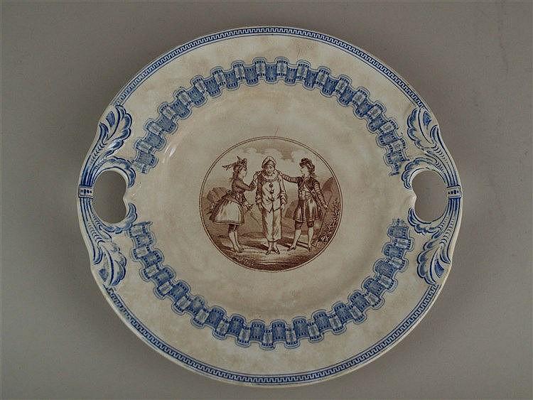 Teller - Villeroy & Boch, um 1900,runde Form mit seitlichen Aussparungen,zweifarbiger Unterglasurdruckdekor,im Spiegel Szene aus der Commedia dell'Arte, leichte Altersspuren,blaue Hermesmarke, Wallerfangen,B.ca.25,5,cm