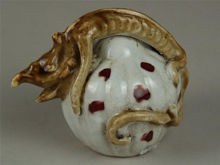 Wassertropfer in Kürbisform mit Drachenfigur - China,Steingut glasiert, kürbisförmiges Gefäß mit einer Öffnung am Boden sowie im Maul des vollplastischen Drachens,H.ca.9cm