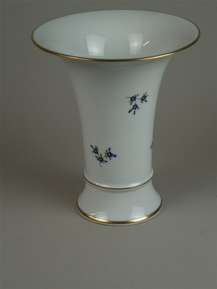 Trichtervase - Höchst, blaue Randmarke mit Malerzeichen, Trompetenform mit auskragendem Rand, blauen Streublümchen, goldgerandet, H.ca.25cm