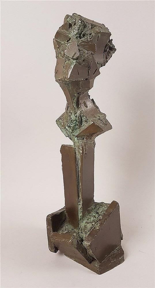 Ferrer, Guy (*Algier,französischer Bildhauer und Maler der Gegenwart) - ''TROPHEE'', Bronze-Skulptur, abstrakte Darstellung, nummeriert 4/4, datiert 2002, ca.46x17x17cm. -Guy Ferrer ist ein international sehr bekannter Maler und Bildhauer,er lebt