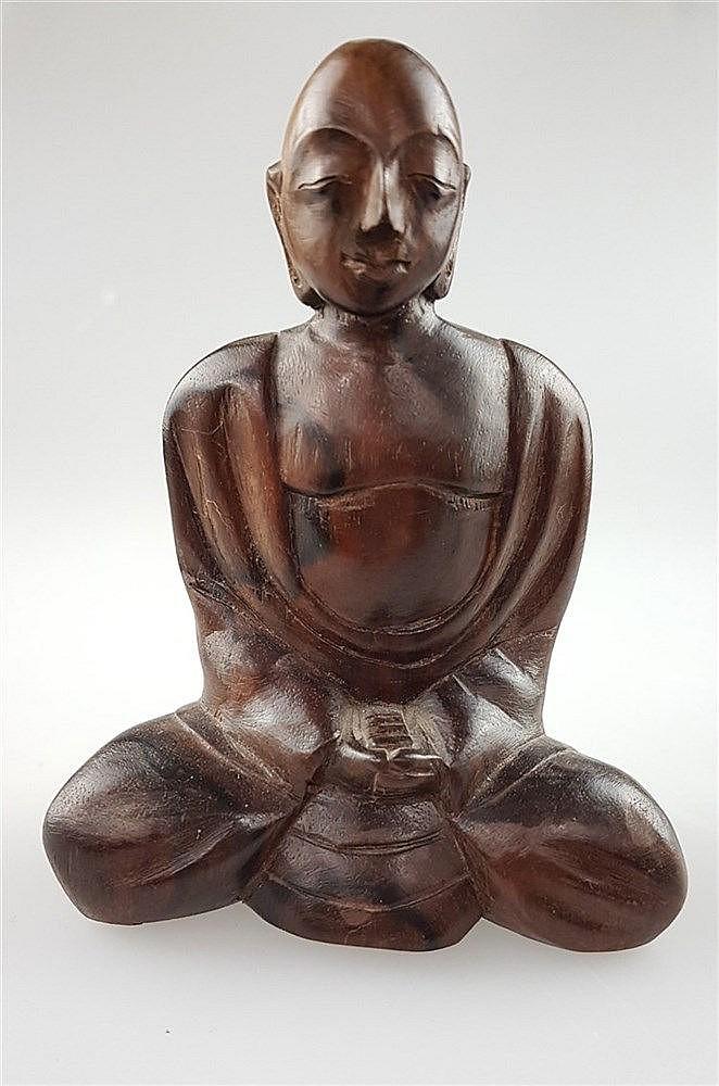 Sitzende Figur - buddhistischer Mönch in Lotusposition meditierend,vollplastische realistische Darstellung,Holz geschnitzt,poliert, H.ca.10cm