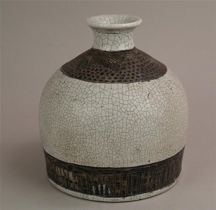 Flaschenvase - China, wohl späte Qing-Dynastie oder frühe Republikzeit,stark gebauchte Form mit eingeschnürter Mündung,Reliefbänder mit Blatt und Fleckenmotiven dunkelbraun glasiert,hellgraue Craquelé-Glasur,eingezogener Boden entsprechend