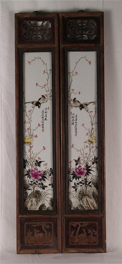 Paar schmale Holzpaneele mit großen Porzellanplaketten - China,feine Bemalung mit polychromen Emailfarben,blühende Zweige sowie Vögel auf Felsen,Beschriftung in chinesischer Kalligraphie,gesiegelt,ober-und unterhalb Durchbrucharbeiten sowie