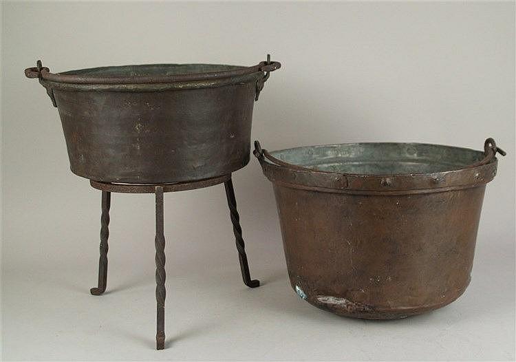 Konvolut Kupferkessel - 2tlg., tlw. Patina, mit 1 Standfuß, H.ca.21 cm, H.ca.15/22 cm, D ca.32-34 cm