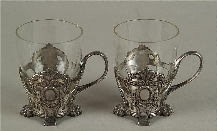 Konvolut Teebecher - 2-tlg., 2 Gläser mit Metallglashaltern, um 1900, aufwendiges Reliefdekor mit Löwenfüssen