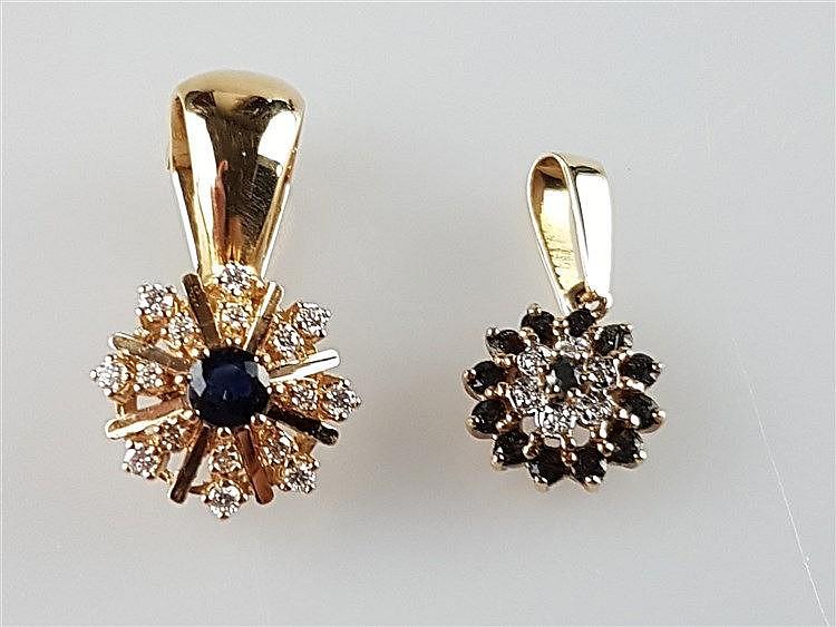 Zwei Clip-Anhänger - 585GG,sternförmig, 1x mittig facettierter Saphir strahlenförmig umgeben von kl.Diamanten(ca.0,24ct),Gew.ca.5,2g,L.ca .21mm/1x mit Rubin- und Diamantbesatz,Gew.ca.1,8g