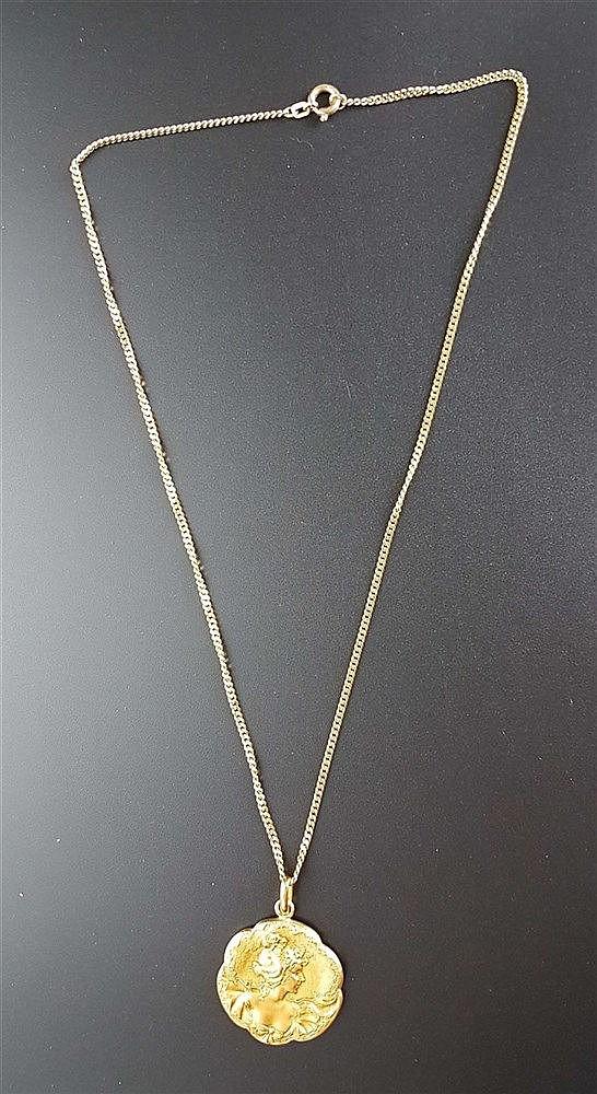 Kette mit Anhänger -Jugendstil- Kette 333 Gold, L.ca.50cm; Anhänger mit reliefiertem Damenkopf im Profil, D.ca.33mm