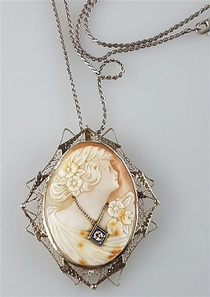 Kameenanhänger- ovale Form mit Muschelkamee:Damenporträt im Profil,Besatz mit 1 Diamanten von ca.0,08ct,in filigraner Silberfassung,rückseitig Anhängeröse,ca.5x4,5cm,an Silberkette,925 Silber,L.ca.59cm