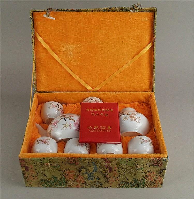 Porzellan-Teeservice in Schatulle - China,9-tlg für 7 Personen,bestehend aus Teekanne,Teedose mit Deckel,6 Teebechern,Dekor mit blühendem Kirschbaumzweig und Vogel,mit Zertifikat-Pass,stoffbezogene Schatulle mit Bein-Riegeln(Gebrauchsspuren)