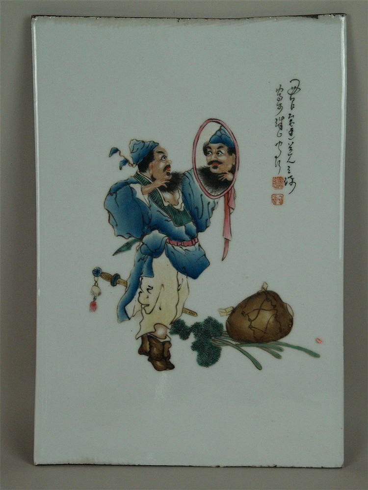 Porzellanbild - China,feine Bemalung mit Emailfarben,Darstellung eines bärtigen Mannes,der sich im Spiegel bewundert daneben Text in chinesischer Kalligraphie, zwei rote Siegel, oberer und unterer Rand mit Abnutzungsspuren,ca.36,5x25cm,ungerahmt