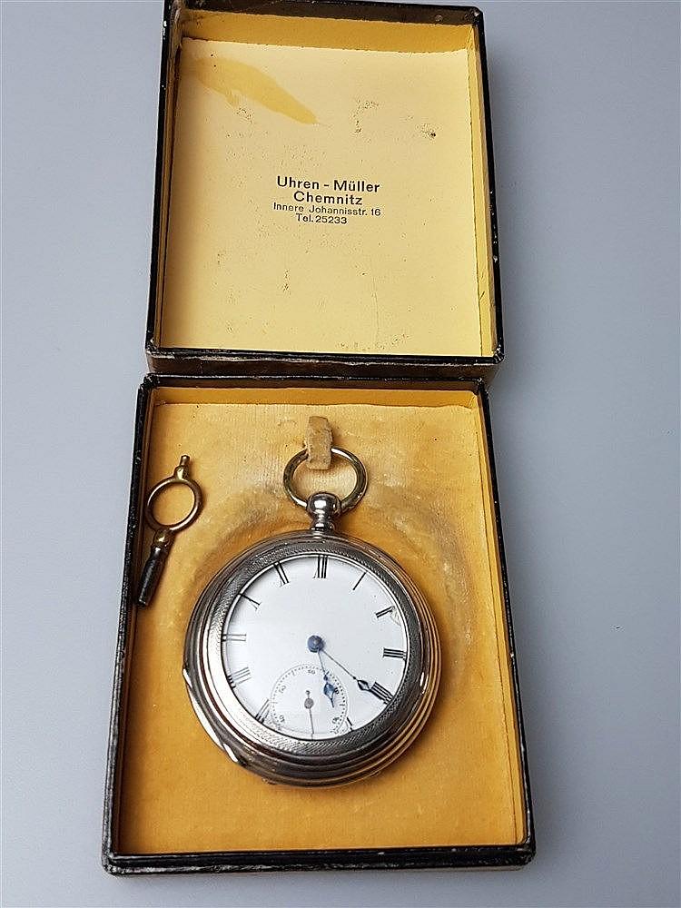 Herrentaschenuhr - mit Schlüsselaufzug, Zylinderhemmung, versilbert,ca.1870,rückseitig guillochiert mit leerem Wappenschild, Schatulle gemarkt ''Uhren-Müller Chemnitz'', D.ca.45mm,mit Schlüssel,funktioniert