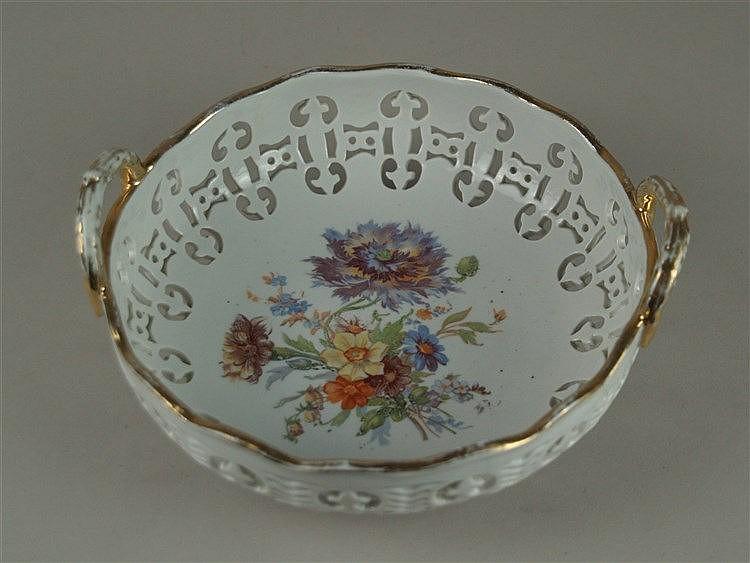 Korbschale - Schierholz Porzellan, 20.Jh., polychrom bemalt, im Spiegel Blumenbouquet, Goldstaffage berieben, D.ca.21cm,