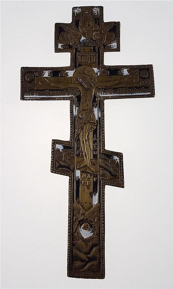 Orthodoxes Kreuz - Russland,orthodoxes Kreuz mit dem Korpus Christi im Viernageltypus über der Schädelstätte Golgotha, von Gottvater mit zwei Engeln bekrönt,Bronzelegierung teilemailliert, rs. graviert,ca.26,7 x 13,5 cm