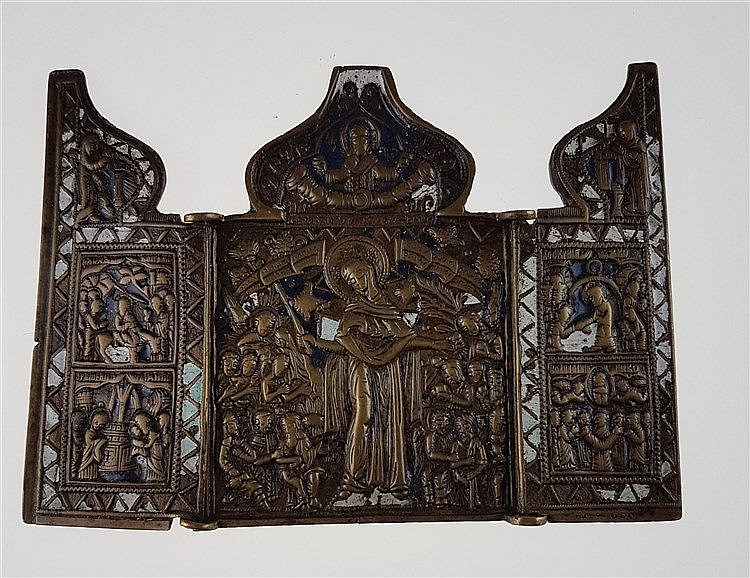 Kleine Reiseikone - Russland, um 1800, Bronze,teils emailiert,Triptychon: i.d.Mitte Gottesmutter als Trost aller Leidenden, darüber Gottvater auf Wolkenbank, auf den Flügeln biblische Szenen aus dem NT,ca.11x15,2cm,außen verschmutzt