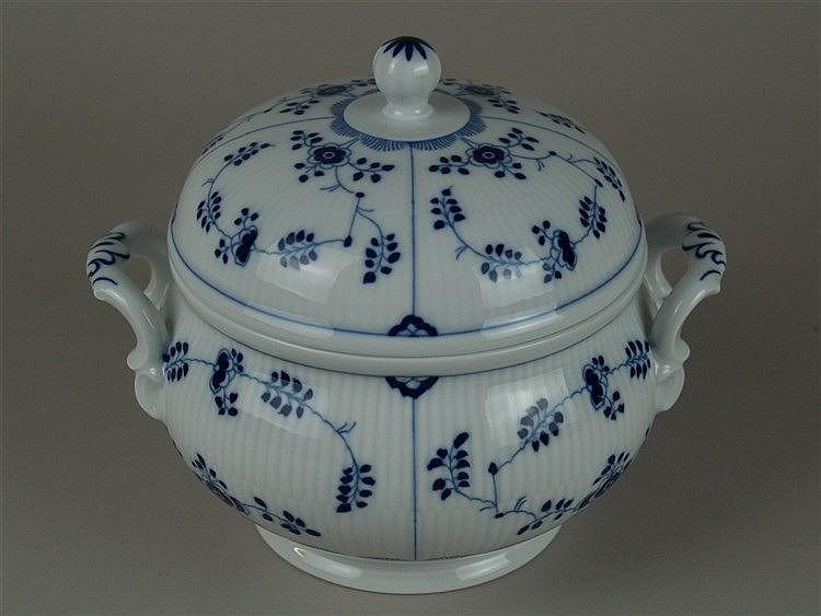 Kleine Deckelterrine - Hoechst blaue Radmarke, 20.Jh., blauer Strohblumendekor, 2 Henkel, H.ca.18cm