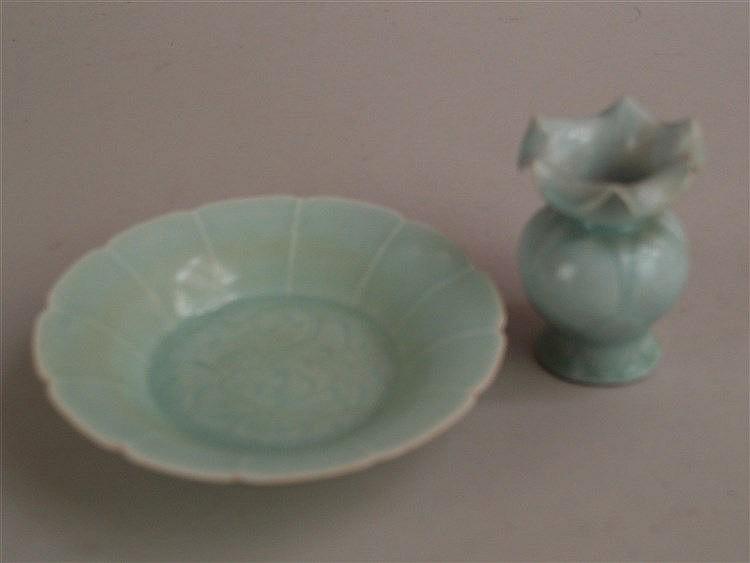 Schale & kl.Vase - China,2-tlg:Schale und kleine Vase mit mehrfach gekniffenem Rand,Schale ''Anhua-Dekor'' mit Lotosranken,Boden ungemarkt,Schale:D.ca.10,5cm,Vase:H.ca.1 0cm,Vasenrand mit Unebenheiten