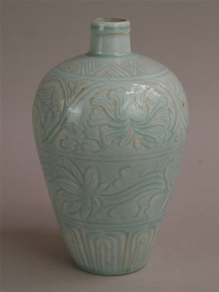 Meiping-Vase - China,Keramik mit Qingbai-Glasur,umlaufend 'Anhua'-Dekor mit Lotosranken und Zierborten,Boden unglasiert und ungemarkt,H.ca.21cm