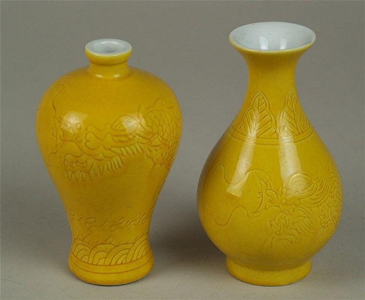 Zwei Miniaturvasen - China,Porzellan, gelb glasiert, geritzter Drachen-und Blatt-und Wellendekor,unterglasurblaue Sechszeichen-Bodenmarke im Doppelring'' Da Qing Yongzheng Nian Zhi'',H.ca.12,5/13cm