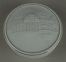 Deckeldose - Hoechst blaue Radmarke, 20.Jh., weißer Scherben/Biskuitporzellan, Deckel mit Reliefdekor: Wiesbadener Kurhaus, D.ca.13cm,