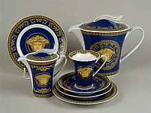 Kleines Kaffeeservice für eine Person - Rosenthal, Versace ''Medusa Blue'', z.T. Form Ikarus Paul Wunderlich, 7 tlg. bestehend aus 1x großer Kaffeekanne, H ca. 18,5 cm, 1x Milchkännchen, Deckel mit plastischem Flügelknauf, 1x Tasse mit UT, 3x Tellern