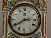 Porzellanuhr - am Boden und am Zifferblatt Dresden (N mit Krone) signiert, Uhrwerk Quarz, Zifferblatt mit römischen Zahlen und kunstvoll gestalteten Zeigern unter Glas, auf vier Standfüßen, Goldstaffage, Blumenmuster gedruckt, plastischer