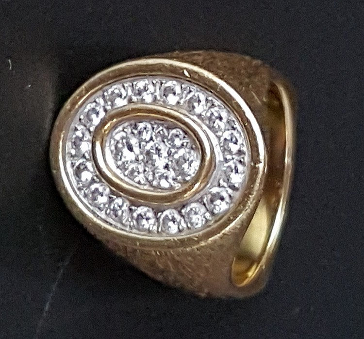 Designerring - Gelbgold,gepunzt,schwere Ausfühurng,mattiert,ovaler Ringkopf mit 23 kleineren Diamanten im Brillantschliff besetzt,Dm.ca.18mm,ca.20,6g