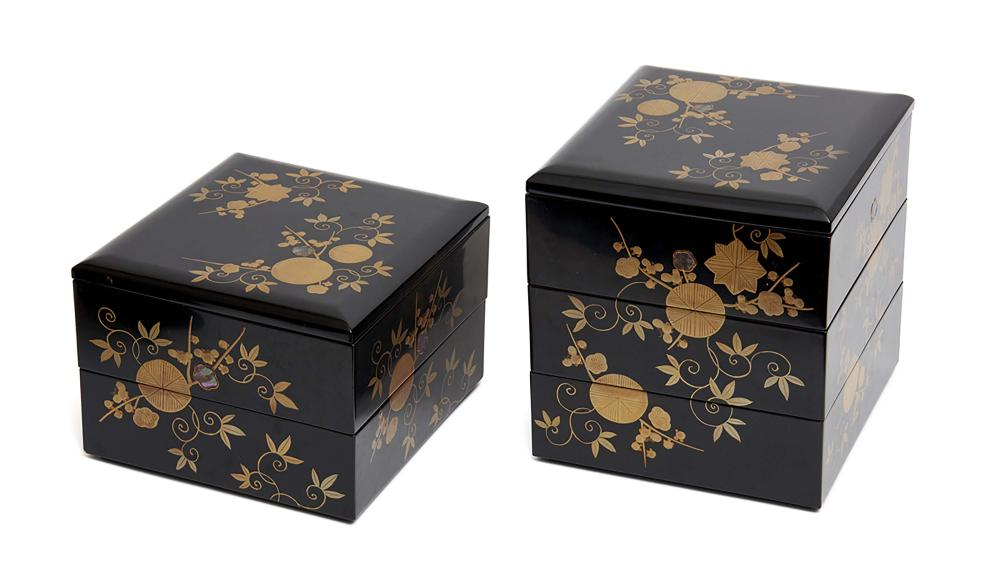 Black lacquered foodcontainer (bento), complete 