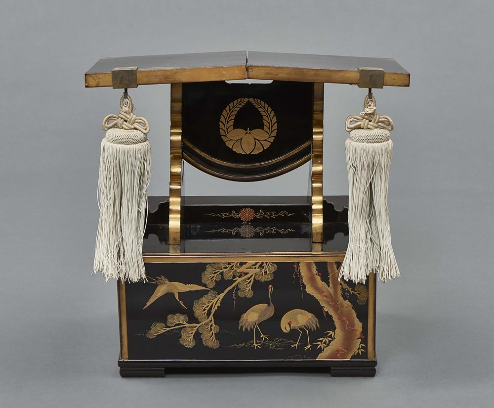 Black lacquered lecture table, below at three sides decorated with crane bi