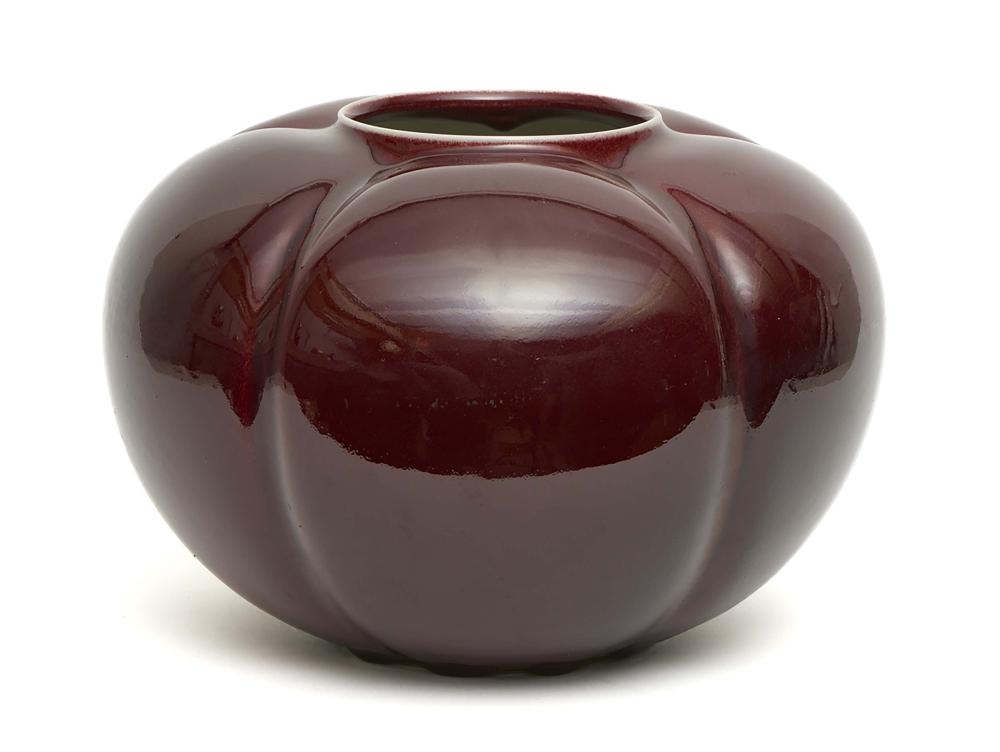 Dark red gourd shaped vase by the contemporary potter Isobe Yoshito. Bottom