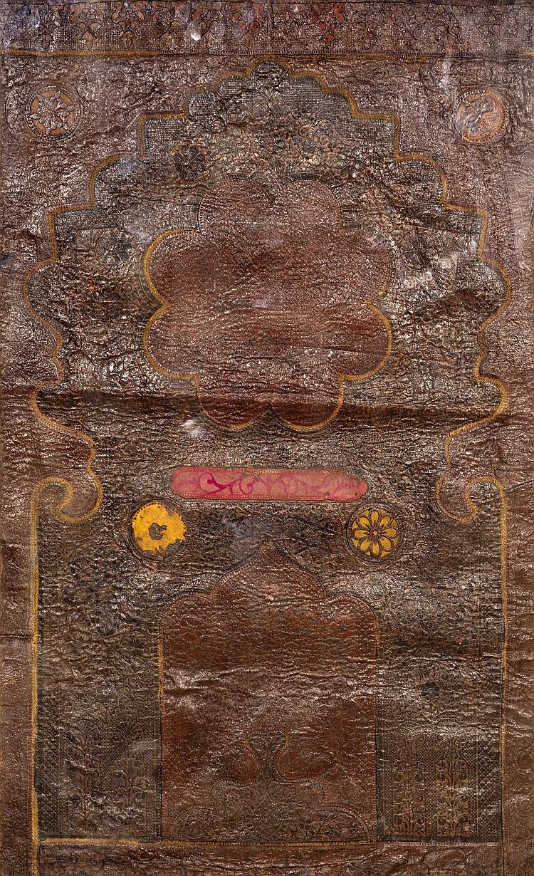 Panneau en cuir estampé et ajouré à décor d\'un Mihrab Cuir à