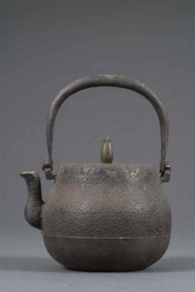 petite bouilloire a eau en fonte de fer a couvercle en bronz. Black Bedroom Furniture Sets. Home Design Ideas