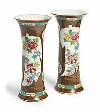 A PAIR OF EXPORT VASES IN FAMILLE ROSE ON CAFÉ-AU-LAIT BACKGROUND China, Qing dynasty, late 18th century