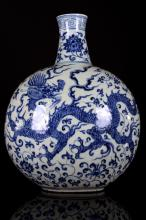[CHINESE]MING DYNASTY STYLED BLUE AND WHITE PORCELAIN VASE PAINTED WITH DRAGON L:13.0