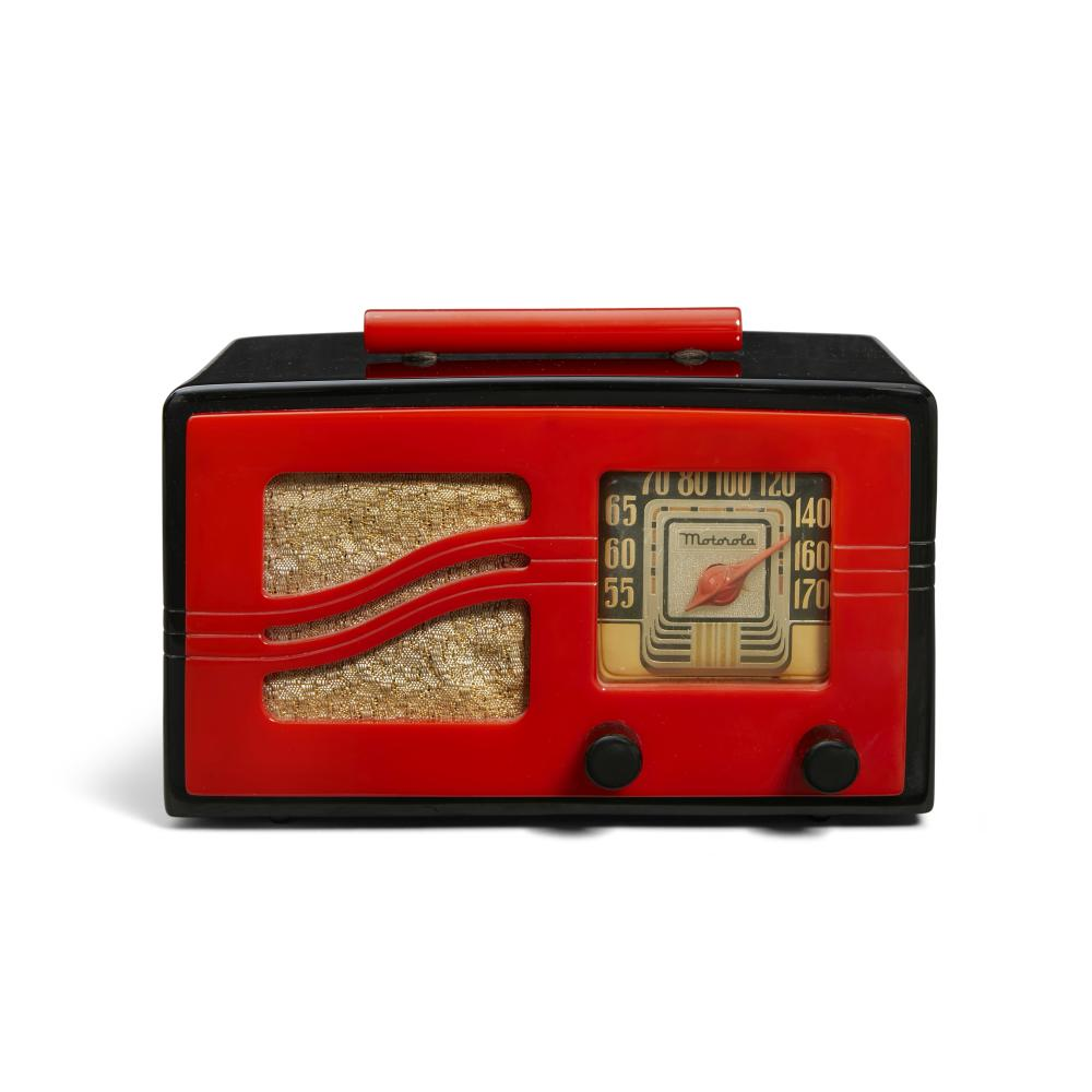 Motorola 51x15 Radio 1941black catalin with red faceheight 6 1/2in (17cm); width 9 1/2in (24cm); depth 6 1/4in (16cm)