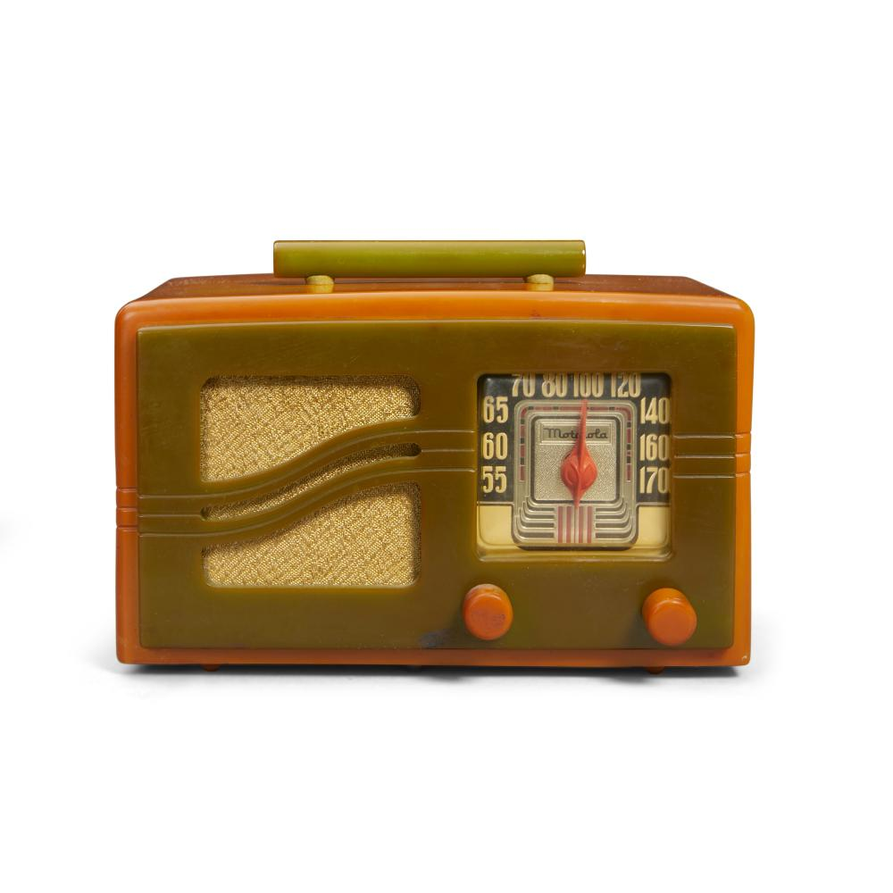 Motorola 51 x 16 Radio1941 yellow catalin with green faceheight 6in (15cm); width 9 1/2in (24cm); depth 6 1/2in (16.5cm)