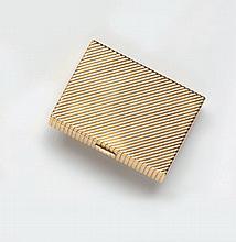 Poudrier  en or jaune rehaussé d'un motif ciselé de godrons.  Poids Brut : 195 g.  Long. 7,5 cm - Larg. 5,6 cm - Haut. 1,5 cm