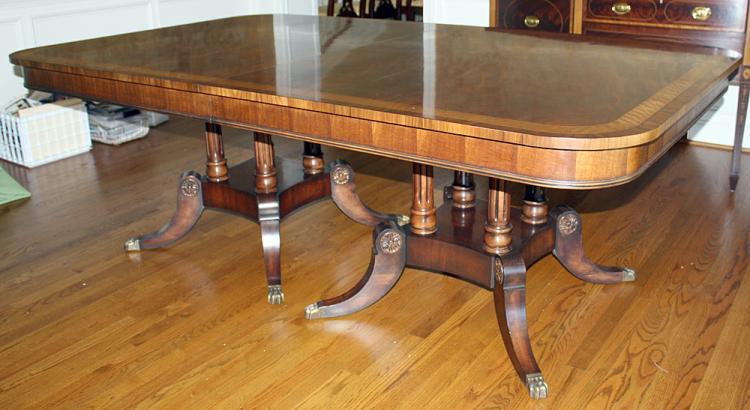 Henredon Mahogany Dining Table : H1351 L119218631 from www.invaluable.co.uk size 750 x 410 jpeg 48kB
