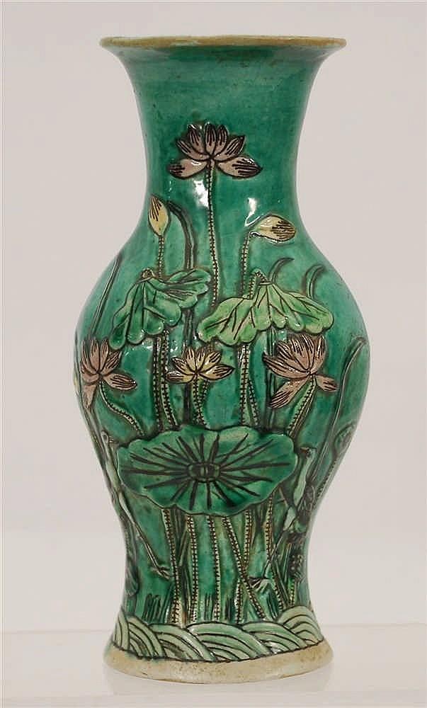 Chine Vase Décor polychrome en relief de fleurs. Chine.